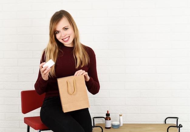 Portret van vrolijke blogger