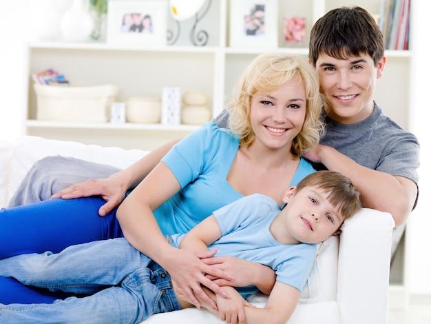 Portret van vrolijke familie met zoon
