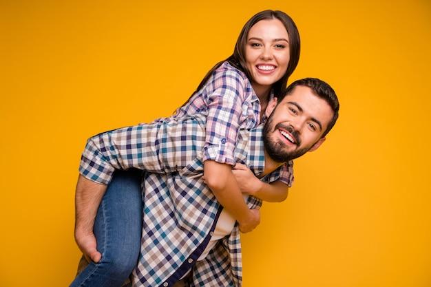 Portret van vrolijke gepassioneerde echtgenoten man dragen vrouw meeliften