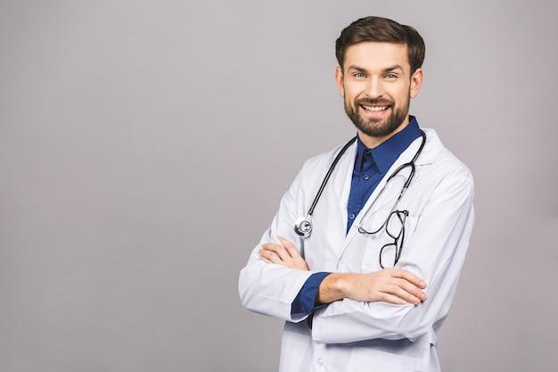 Portret van vrolijke glimlachende jonge arts met een stethoscoop over nek in medische jas