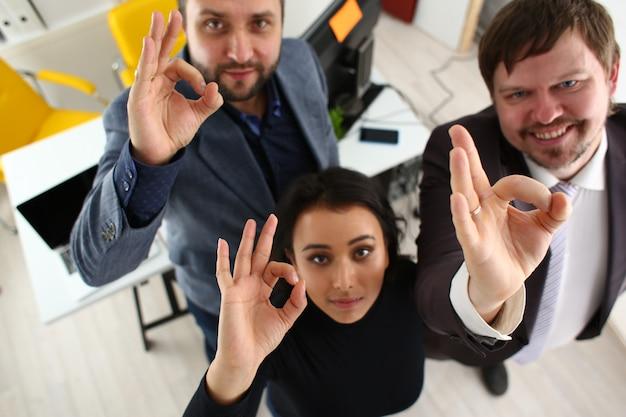 Portret van vrolijke jonge ondernemers in kantoor