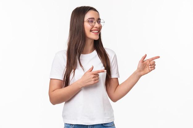 Portret van vrolijke jonge vrouwelijke student