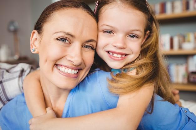 Portret van vrolijke moeder en dochter