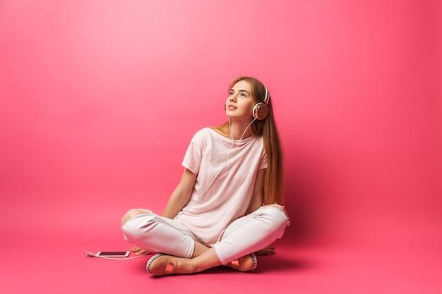 Portret van vrolijke mooie meisjeszitting op vloer en weg het kijken