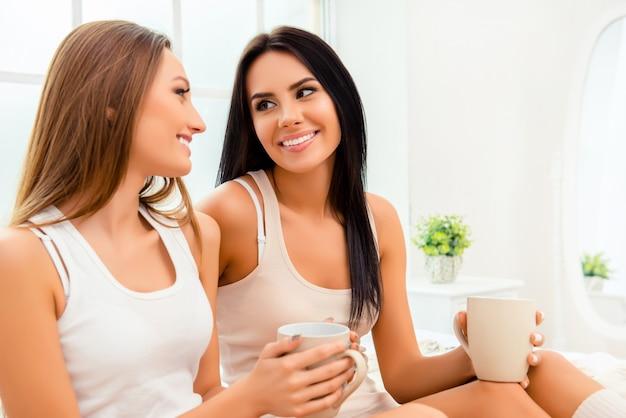 Portret van vrolijke mooie vrouwen die spreken met thee