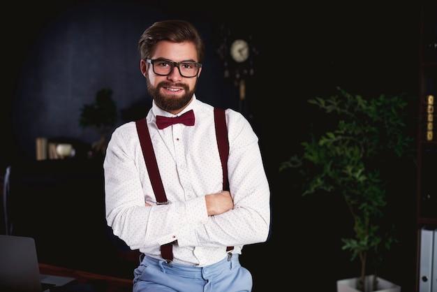 Portret van vrolijke ondernemer op zijn kantoor