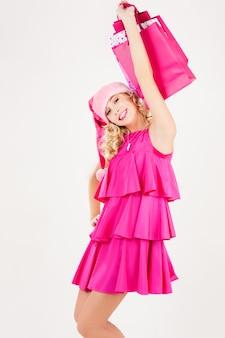 Portret van vrolijke santa helper meisje met boodschappentassen
