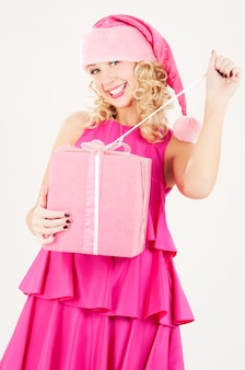 Portret van vrolijke santa helper meisje met geschenkdoos