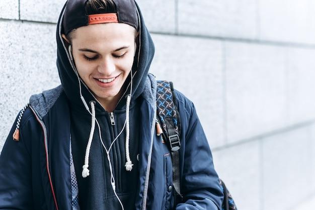Portret van vrolijke tiener buitenshuis op wazige achtergrond, close-up