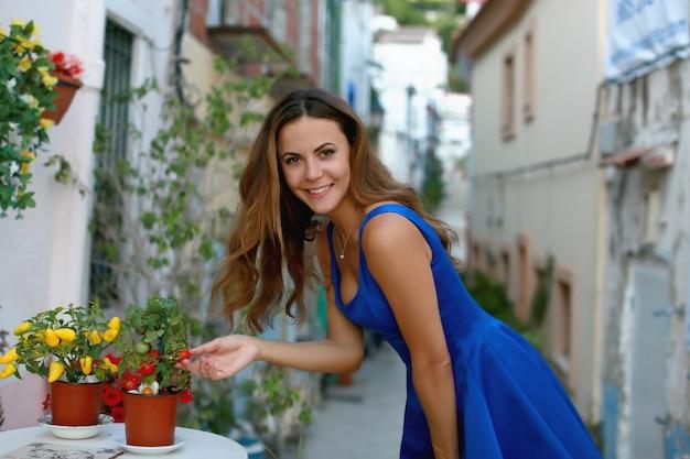 Portret van vrolijke toeristenvrouw op oude straat in de oude stad