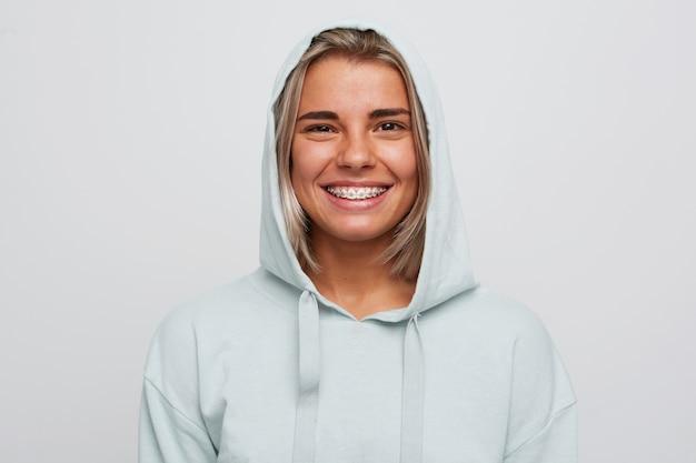 Portret van vrolijke vrij jonge vrouw