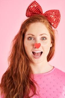Portret van vrolijke vrouw die schreeuwt bij studio-opname