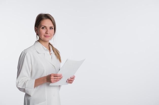 Portret van vrolijke vrouwelijke arts met documenten
