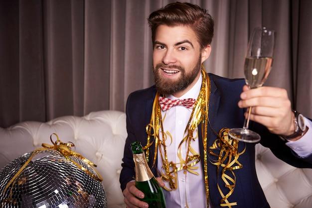 Portret van vrolijke zakenman met champagne roosteren