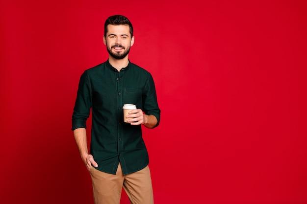 Portret van vrolijke zelfverzekerde coole kerel hebben werk rust houden afhaalmaaltijden cappuccino koffiekopje genieten van een goed uitziende outfit