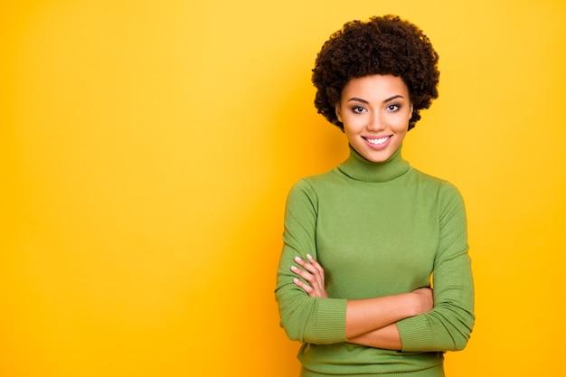 Portret van vrolijke zelfverzekerde schattige vrouw met gekruiste armen op zoek naar je dromerig professionele ondernemer.
