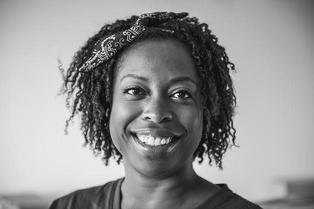 Portret van vrolijke zwarte vrouw