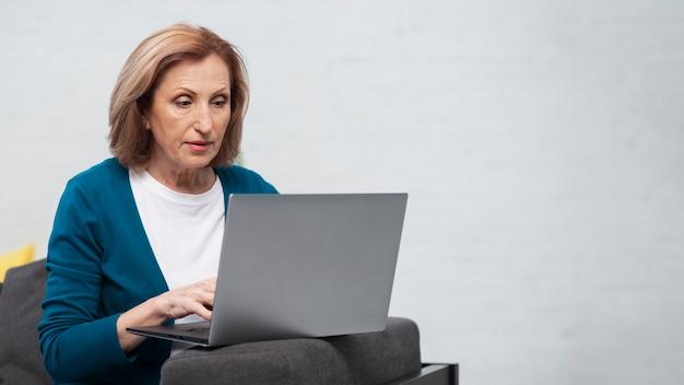 Portret van vrouw die aan laptop werkt