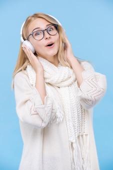 Portret van vrouw die aan muziek luistert