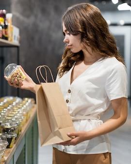 Portret van vrouw die biologische producten winkelt