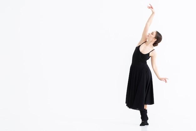 Portret van vrouw die dans met elegantie uitvoert