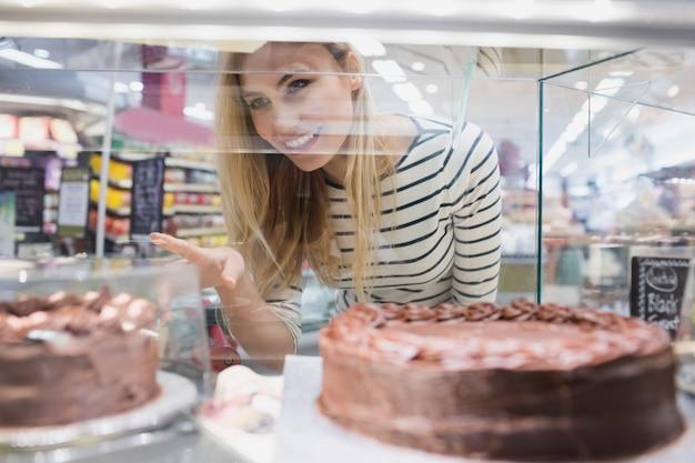 Portret van vrouw die dessertsplank bekijken