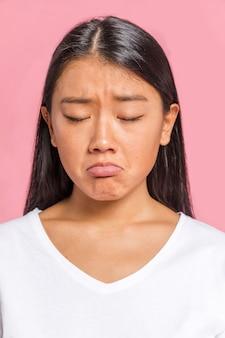 Portret van vrouw die droevig is