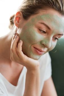 Portret van vrouw die gezichtsmasker draagt