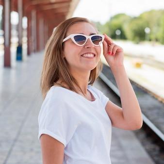 Portret van vrouw die in treinstation glimlacht