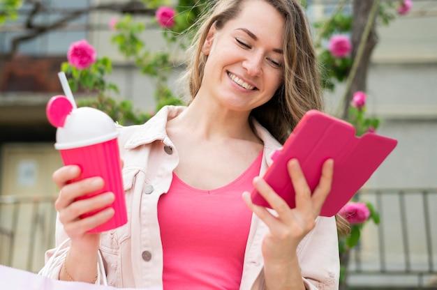 Portret van vrouw die mobiele telefoon doorbladert