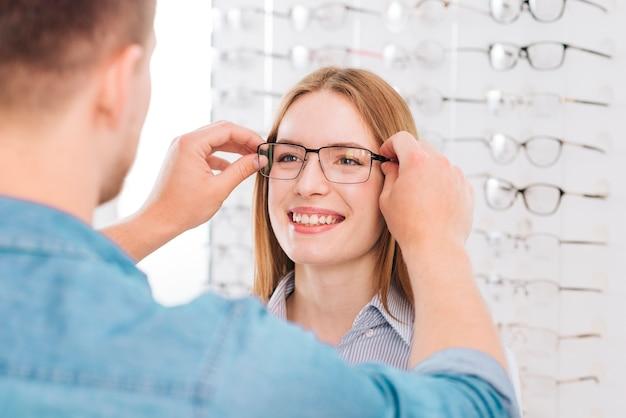 Portret van vrouw die nieuwe glazen probeert