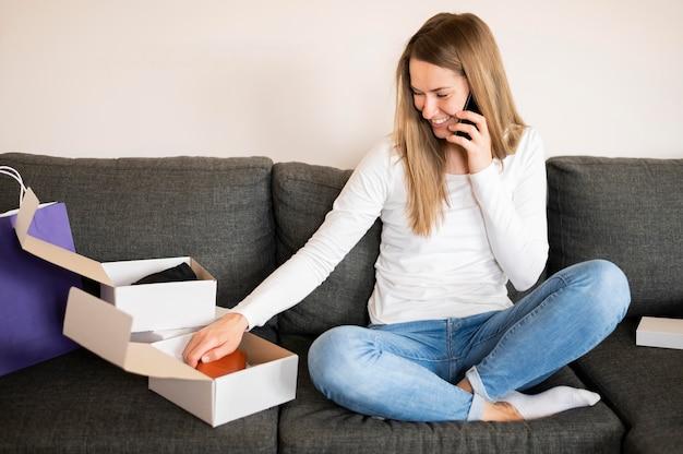 Portret van vrouw die online bestelde producten controleert