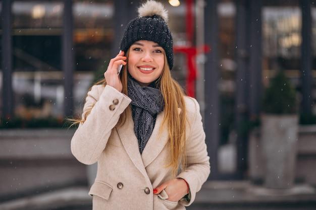 Portret van vrouw die op telefoon in de straat spreken