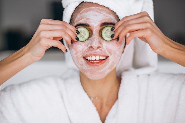 Portret van vrouw die schoonheidsmasker draagt
