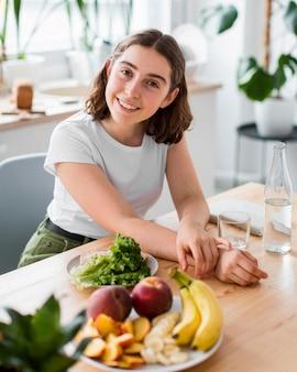Portret van vrouw die thuis glimlacht