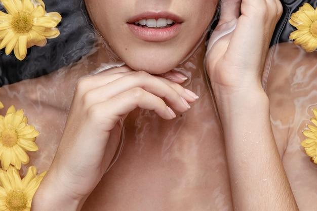 Portret van vrouw die van kuuroordbehandeling geniet