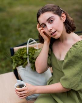 Portret van vrouw die van organische thee geniet