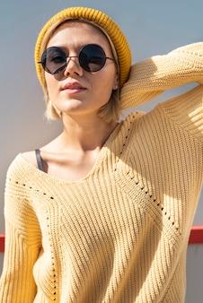 Portret van vrouw die van zon geniet