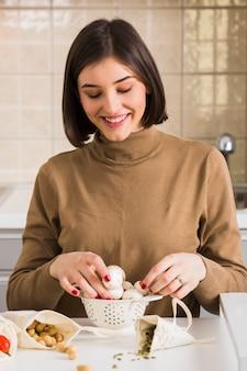 Portret van vrouw die voedsel voorbereidt