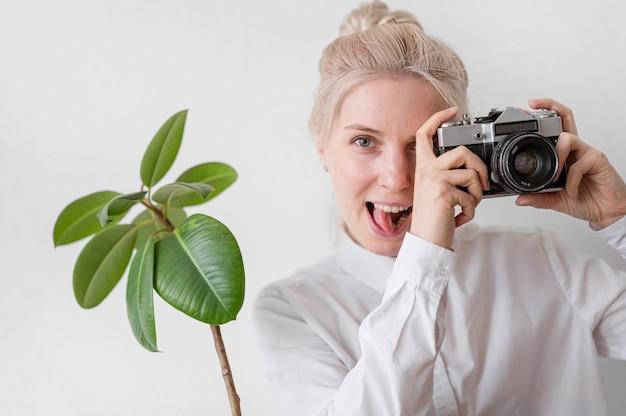 Portret van vrouw en installatie het concept van de fotokunst