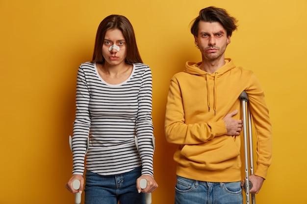 Portret van vrouw en man tienerchauffeurs hebben geen ervaring
