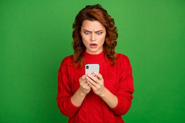 Portret van vrouw gebruik mobiele telefoon gelezen sociale netwerk reacties post onder de indruk