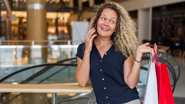 Portret van vrouw gelukkig na het winkelen
