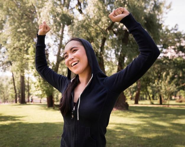 Portret van vrouw gelukkig om in openlucht op te leiden
