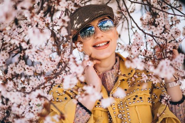 Portret van vrouw in bloeiende bloemen