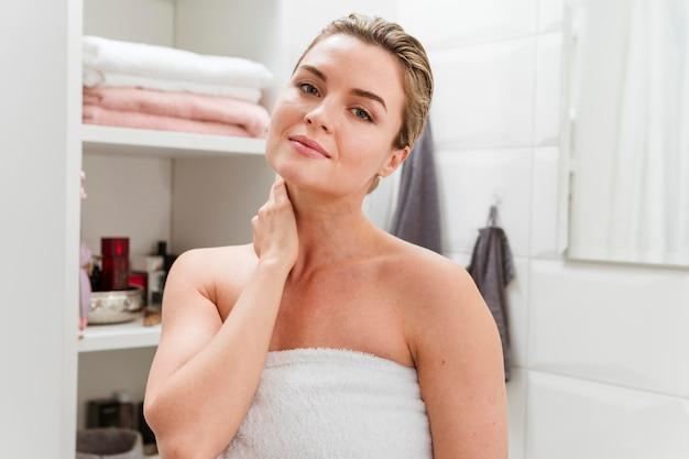 Portret van vrouw in handdoek