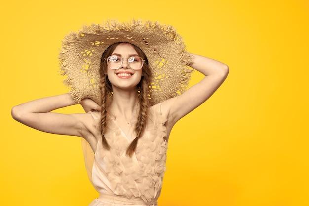 Portret van vrouw in strohoed en zonnebril