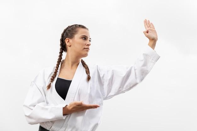 Portret van vrouw in vechtsportenkostuum