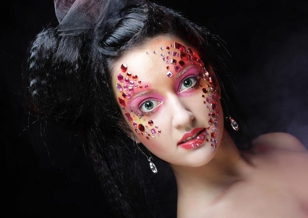Portret van vrouw met artistieke make-up