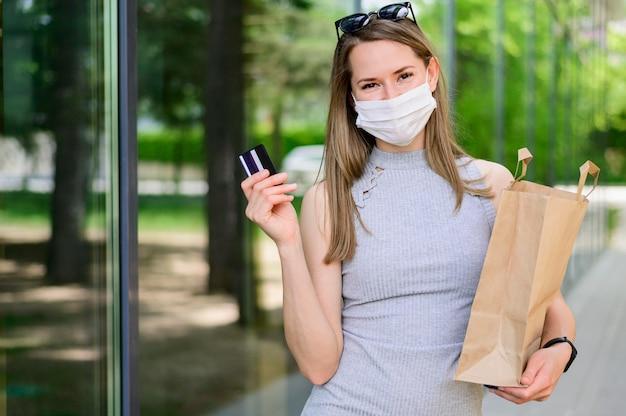 Portret van vrouw met boodschappentas